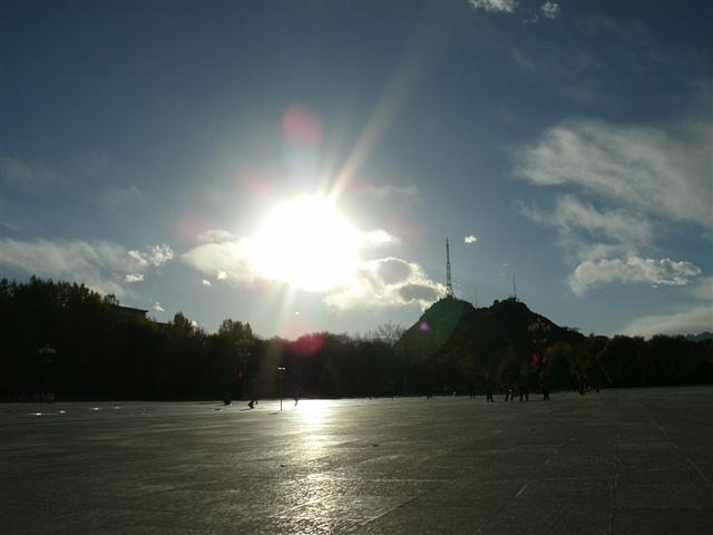 """""""建议大家一次游览。随着音乐的起伏喷泉的节奏和音乐一起跳跃,衬托着布达拉宫的美丽。第二不可拍警察亭_布达拉宫广场""""的评论图片"""