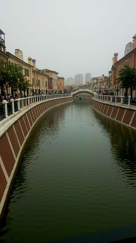 """""""...来这里也是休闲娱乐,优美的环境,小桥流水,还有贡多拉船可以体验,这里的停车位充足,推荐自驾前来_佛罗伦萨小镇京津名品奥特莱斯""""的评论图片"""