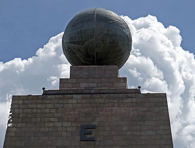"""""""平踏在石阶的白线两边拍照留念,显示是脚踏两半球的人_赤道纪念碑""""的评论图片"""