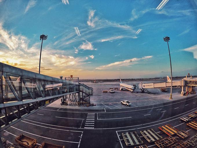 乌鲁木齐机场的日落。图片