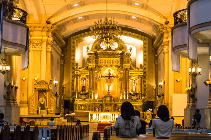 """""""走进教堂内部,则更加被那金光熠熠的大厅,以及期间点缀得丰富色彩所震撼。教堂内金碧辉煌,显得格外气派_宿务大教堂""""的评论图片"""