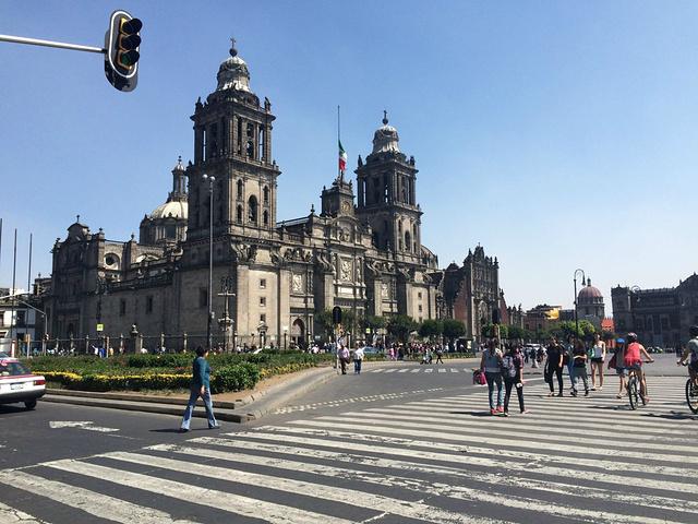 """""""...情的情侣们,墨西哥是我到过的仅次于巴西的激情四射的城市,随处可见拥吻的情侣,即便是排队等待时间_墨西哥城宪法广场""""的评论图片"""