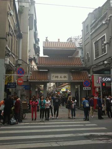 """""""这条街其实并不长,从头走到尾不用五分钟,但是这条小路两边每一家商铺进去都有一条小巷子,里面有密..._状元坊""""的评论图片"""