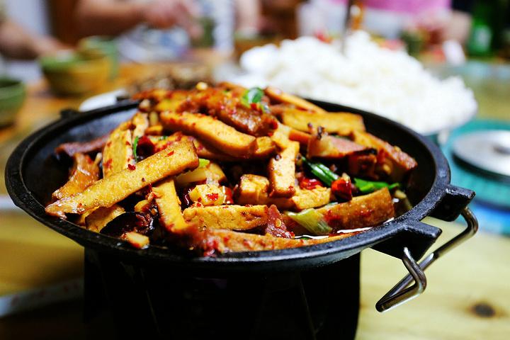 """""""万木斋的笋子炒肉、剁椒鱼头、苞米辣子炒蛋、干锅腊肉、网上据称非常好吃,菜价也公道_俊子饭店""""的评论图片"""