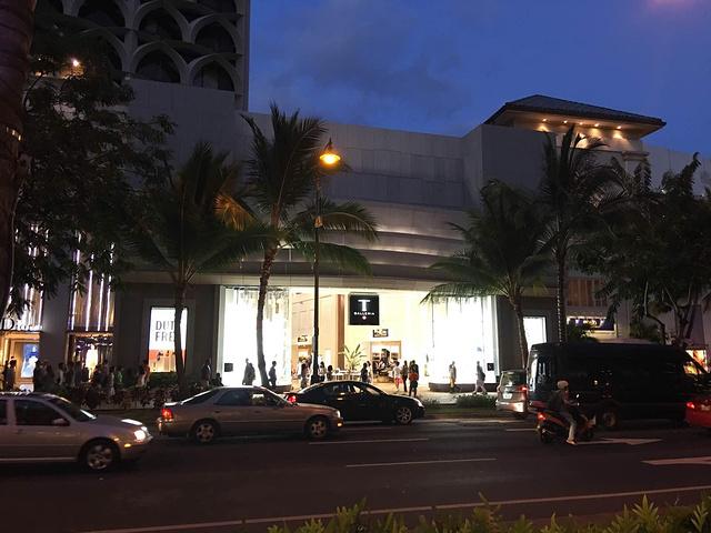 """""""免税店不大,只有三层,一二层购买的东西当天就可以拿走,三层必须是从机场取货,而且必须是飞国际的_DFS Galleria Waikiki""""的评论图片"""