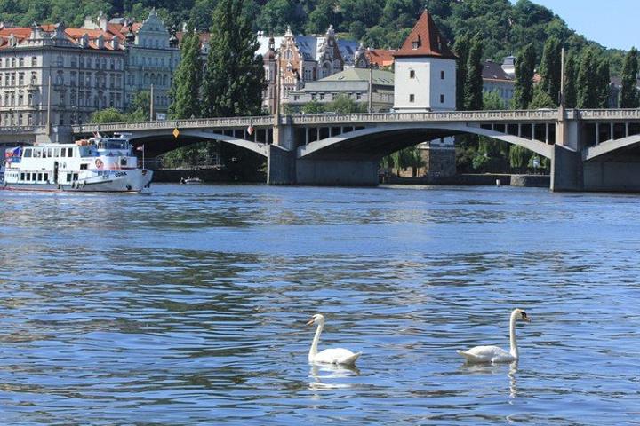 """""""...格的夏天是颇为凉爽的,我们沿着河,一路享受着阳光,有点儿飘飘然陶醉在河岸的风光和悠闲的氛围里了_福尔塔瓦河畔""""的评论图片"""