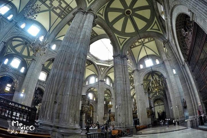 """""""如今废墟留下的一点点遗址已经被政府保护起来了。教堂门口用玻璃保护起来的神庙遗址_墨西哥城宪法广场""""的评论图片"""