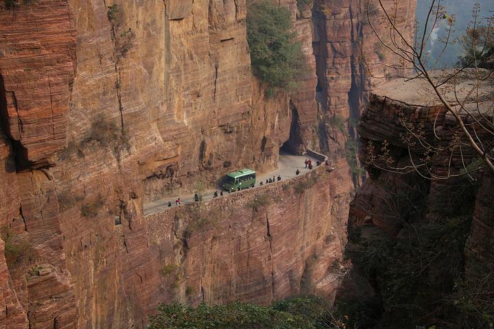 """""""...先座5分钟摆渡车到达万仙山景区大门口,然后再坐观光车去郭亮村,途径绝壁长廊,这是整个景区的精华_郭亮村""""的评论图片"""