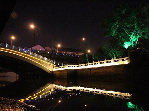 夜游护城河旅游景点图片