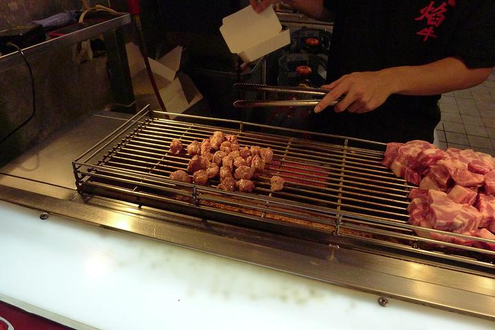 """""""买了一份骰子牛肉,因为这个旁边的肉真的非常诱人,觉得肉质很不错~感觉是一圈下来喝的最好喝的呢~超级烫_饶河夜市""""的评论图片"""