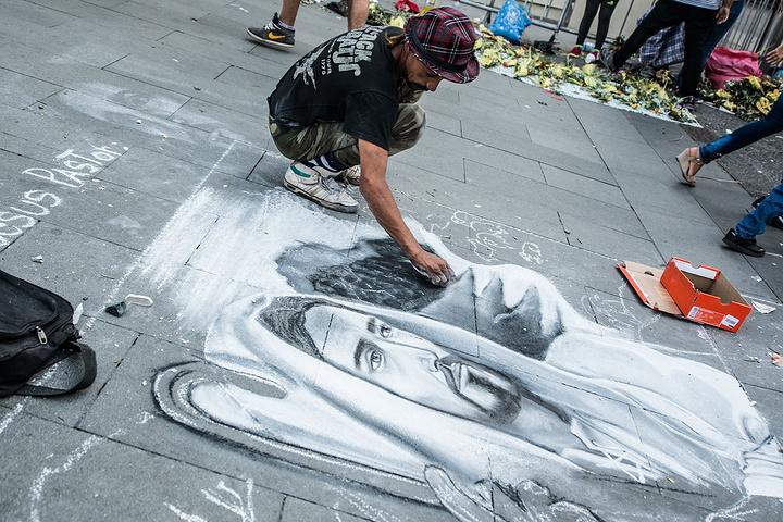 """""""也有很多卖艺者和行为艺术者在此展示技艺_武器广场""""的评论图片"""
