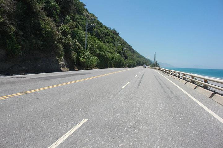 """""""...跟大卡車爭道(幾乎沒有卡車),魅力景色,讓人只想多停留時間,而不願意離開,這就是台東的魅力_蓝色公路""""的评论图片"""