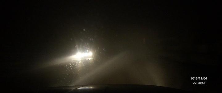 """""""警察答曰:高速上个别路段还有雾.不过我没注意对面发生了什么情况,拥堵的重卡绝对超过了10公里_锦州茶山风景区""""的评论图片"""