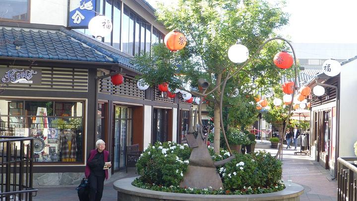 """""""入口处一栋日式建筑很经典,旁边的建筑写着日本村。麻糍,各种馅儿的,几个美元买一盒,游客买了当零食吃_小东京""""的评论图片"""
