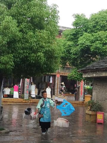 """""""时至中午,下雨了,这样的天气最适合游览这样的山中古镇。同样的路线到客运东站,买票去天龙屯堡_天龙屯堡""""的评论图片"""