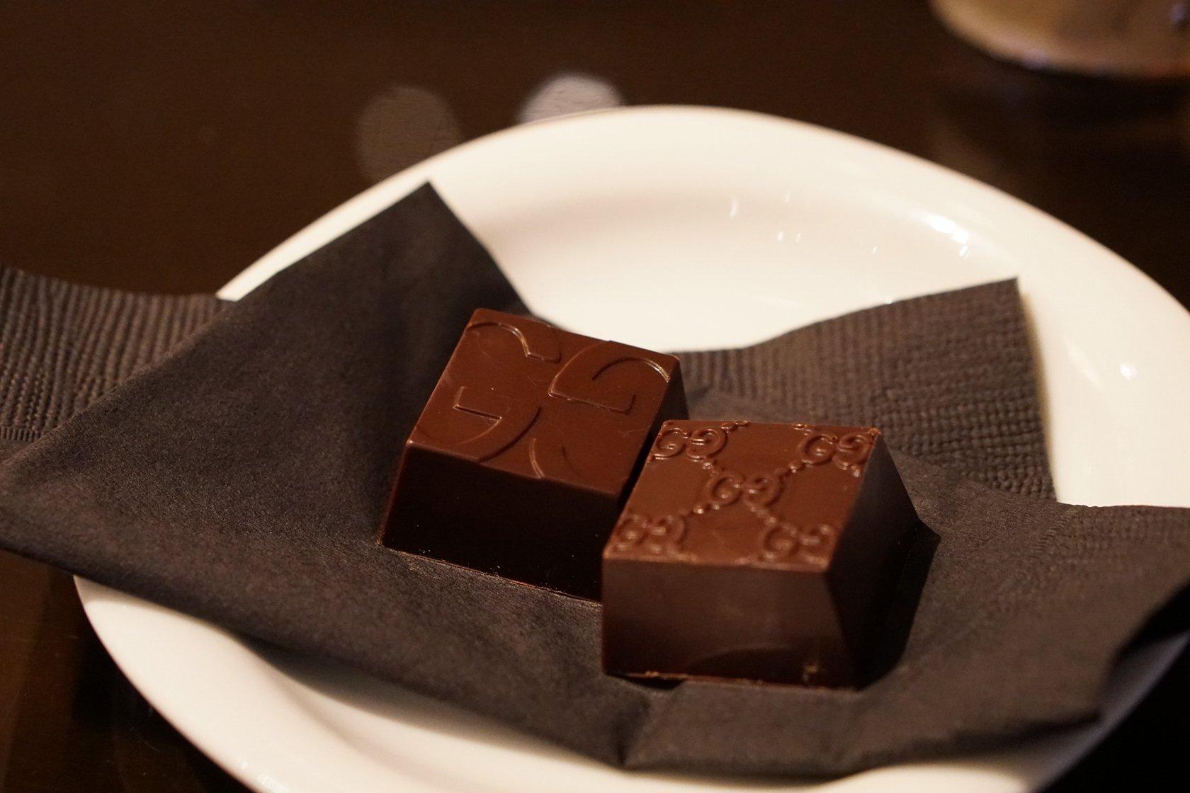 75c1e2fc9f94 所有食材都是从意大利进口的,提拉米苏是这里的招牌,巧克力上都有GUCCI 的logo。12月东京的天气真是让我意想不到的温暖,点了杯冰卡布奇诺,味道不错,巧克力有4种,很 ...