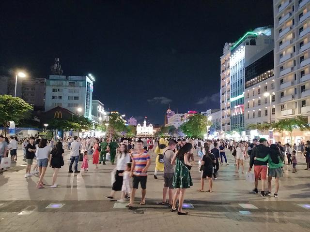 """""""去到金融中心 大广场 因为是周日 所以很多人 还有表演楼上全是一间间的奶茶店 不是同一家的 哈哈哈 _Bitexco Financial Tower - Saigon Skydeck""""的评论图片"""