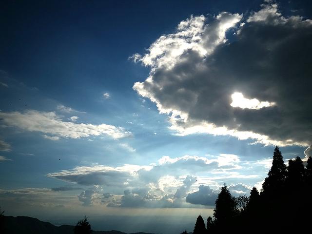 """""""到达这里感觉离顶真近了。这里观云彩你会感觉到离天更近_上封寺""""的评论图片"""