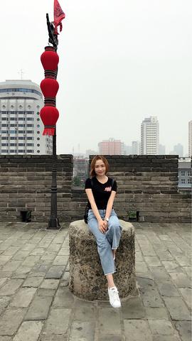 """""""明城墙是明代的城墙,外面围绕着护城河,四四方方一圈_西安城墙""""的评论图片"""