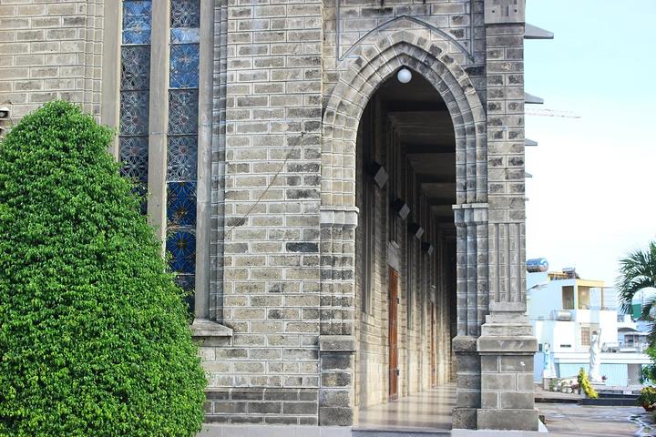 """""""...高,使用刻有圣经的彩色玻璃,教堂宽敞瑰丽,设计中在宏伟的气势上不失精致的点缀,给人敬畏的神圣感_芽庄大教堂""""的评论图片"""