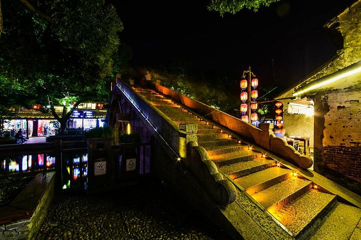 """""""在烟雨三月的江南,西塘沿河的长廊变得特别漂亮,特别有一种仙境的感觉_烟雨长廊""""的评论图片"""