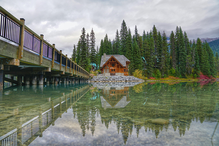 """""""不得不说这个名字起的还挺贴切,碧绿而清澈的湖水,即使在阴天的时候,也难掩幽美。推窗见湖,实在很美_翡翠湖""""的评论图片"""