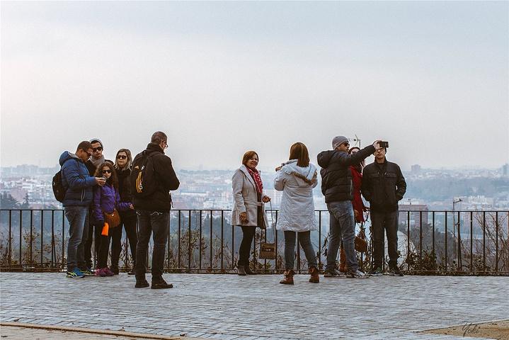 """""""俊男美女们在街心公园锻炼,游客们站在观景台前快乐的和远处的皇宫合影_埃及庙""""的评论图片"""