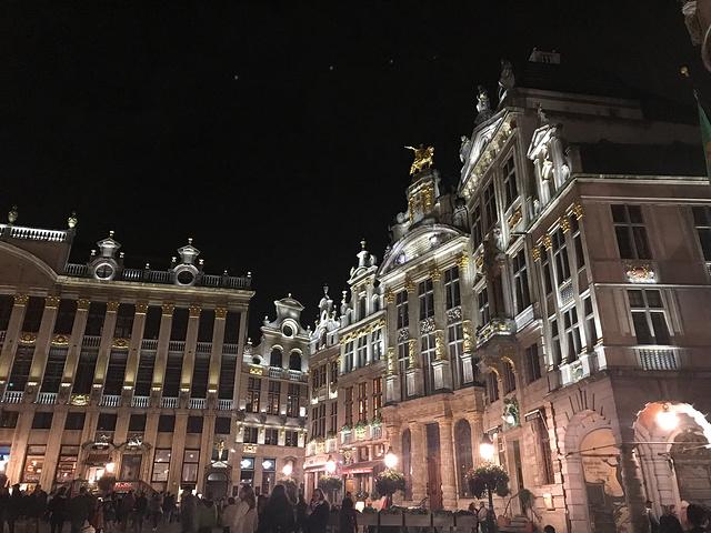 """""""晚上到的 只能拍夜景。美食:比利时啤酒、杜松子酒、极力推荐华夫饼,真是世界上第一好吃的华夫饼生产地_布鲁塞尔大广场""""的评论图片"""
