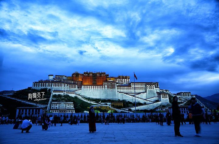 """""""一般是日出和日落时分来广场拍照效果最好。在布达拉宫广场拍摄布达拉宫最好有云,如果光板天就不那么好看了_布达拉宫广场""""的评论图片"""