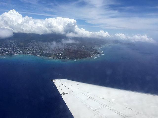 """""""同事说 夏威夷 机场降落时的那片海很漂亮,而我却发现转机到大岛起飞时的很美_火奴鲁鲁国际机场""""的评论图片"""
