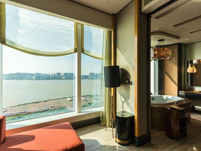 """""""在办理完入住手续之后,在大厅和前台就被酒店的设计和艺术风格给征服了_澳门美高梅酒店(MGM Macau)""""的评论图片"""