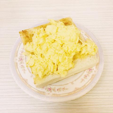 """"""" 香港 的很多餐厅都是需要拼桌的,所以我就没好意思用相机拍,只是拿手机火速留影就开吃了,所以照..._义顺牛奶公司(佐敦店)""""的评论图片"""