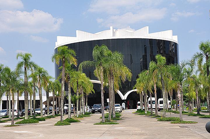 """""""...铺设的广场,矗立着很多高大的棕榈树,碧水环绕,景色宜人,与议会大厦相比,既风格相似,又各具特色_拉美议会大厦""""的评论图片"""