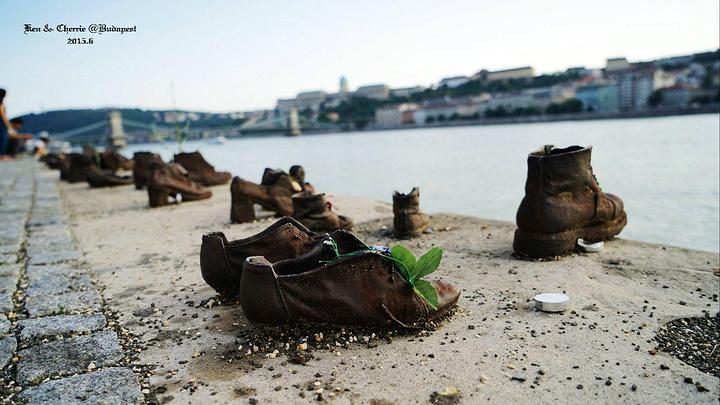 """""""..., 也有一丝丝难过,尤其背景是如此秀丽的多瑙河畔,后面又是美丽的国会大楼,简直就是无声的纪念碑_多瑙河畔鞋""""的评论图片"""