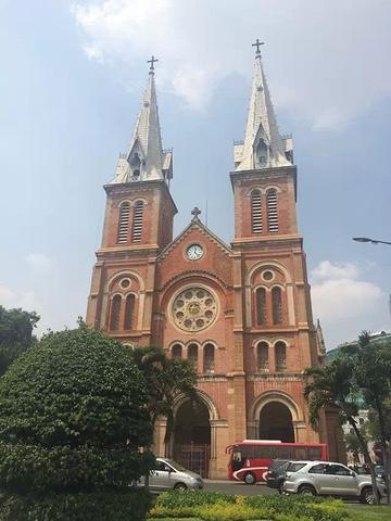 """""""红砖外墙的颜色非常的艳丽,而且这栋建筑是按照巴黎圣母院的钟楼来设计的,因此这个景点是胡志明的一..._西贡圣母大教堂""""的评论图片"""