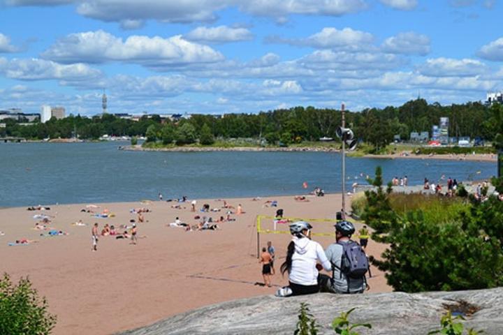 """""""人造海滩,夏天经常人满为患,但是确实是一处放松休憩娱乐的绝佳选择_Hietaniemi 海滩""""的评论图片"""