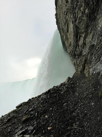 """""""...壮阔的瀑布后方岩石上挖个隧道然后在洞中窥视瀑布,感受马蹄瀑布的雄伟壮阔的冲力,实在是很让人震撼_瀑布背后之旅""""的评论图片"""