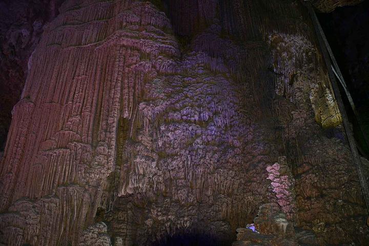 """""""但是都没有银子岩那么漂亮,里面的钟乳石真的是长得奇形怪状,或是一把金光闪闪的钥匙,或是一只美丽的孔雀_银子岩""""的评论图片"""