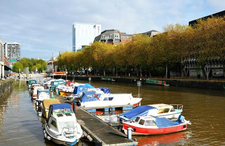 """""""天高云淡,蓝蓝的天空,给城市添上了美丽的彩妆。_雅芳河""""的评论图片"""