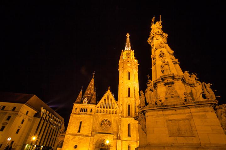 """""""...走入了一场梦境,被壮美的风光所深深震撼夜幕中的教堂,在灯光的点缀之下,与白日里有着很大的不同_马加什教堂""""的评论图片"""