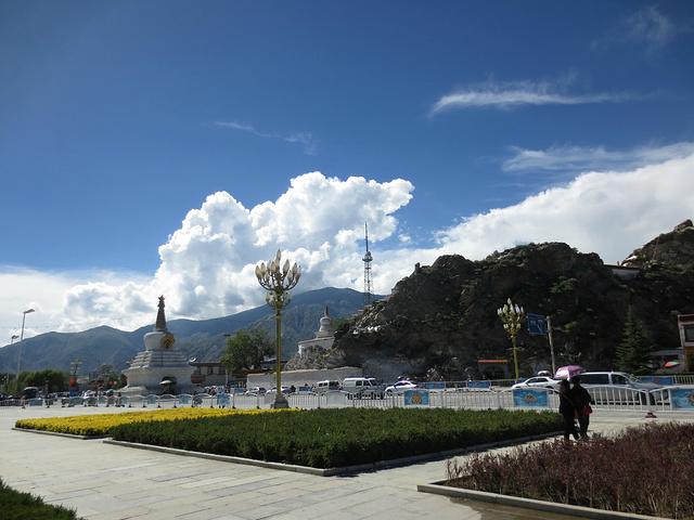 """""""西边是药王山,是拍摄布达拉宫的绝佳位置,喜欢摄影的可以买票登山。药王山,拍摄布达拉宫的最佳位置_布达拉宫广场""""的评论图片"""