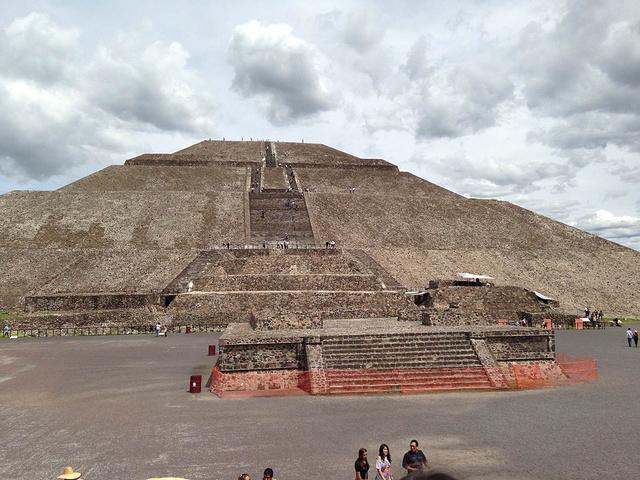 """""""当我们站在太阳金字塔的塔顶,望着眼前的风景时,就觉得爬上来的辛苦都是值得的_太阳金字塔""""的评论图片"""