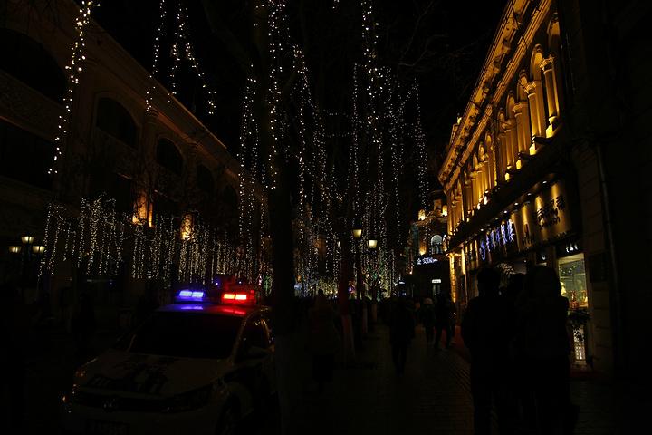 """""""夜幕降临之后,热闹繁华的大街,人头攒动的小吃摊,都是不容错过的。让在异乡的自己感觉不到丝毫的孤单_中央大街""""的评论图片"""