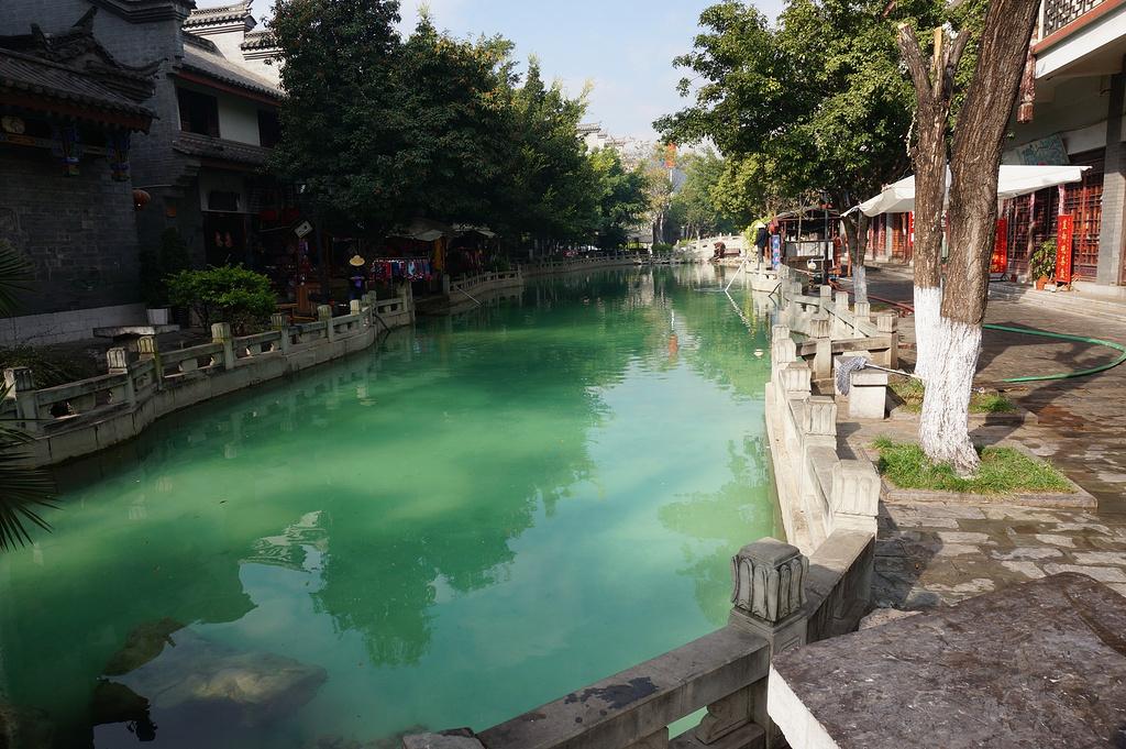 云南自驾游之二十——喧闹繁华的彝人古镇