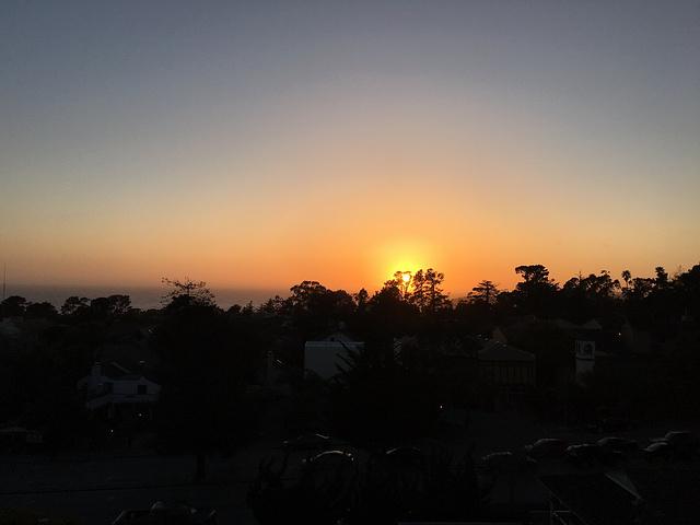 """""""我们住的旅馆早晨的外景,整个小镇不大,濒临海边,风景很美。卡梅尔海滨的美景。小镇的街道,安静美丽_卡梅尔小镇""""的评论图片"""