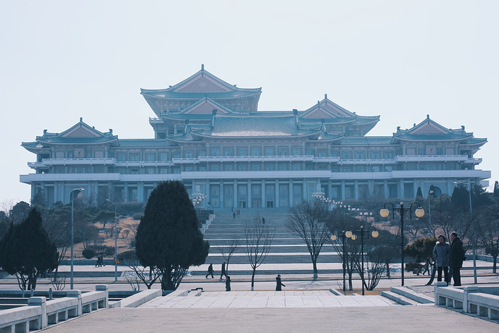 """""""(我们并没有进去,在外面就可以看到很多朝鲜的美女学生和拿着书认真看的小青年,是个打望的好去处_人民大学习堂""""的评论图片"""