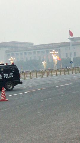 """""""王府井小吃街,人好多。实在是太困了。来北京要吃个糖葫芦吧,哈哈_王府井步行街""""的评论图片"""