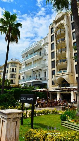 """""""...界上最洁白漂亮的海滩,海滨建有游泳场,棕榈树海滨大道沿海岸伸展,道旁多豪华旅馆,是度假的好去处_La Croisette""""的评论图片"""