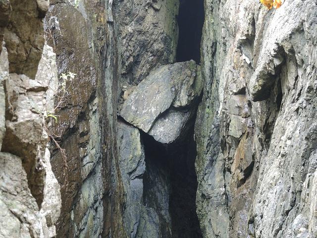 """""""去这俩景点最好是坐岛内班车去,因为距离太远了!山石坡上的石台阶蜿蜒陡峭。在这里一定要注意安全_天门清梵""""的评论图片"""