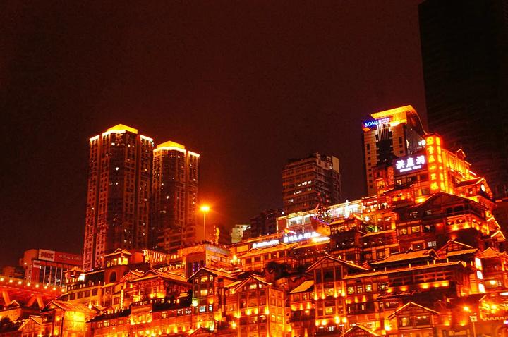 """""""重庆的夜景非常漂亮,尤其是洪崖洞这边,虽然没有在近处拍照欣赏,但是从江心远远的观望更多了一份神..._洪崖洞商业街""""的评论图片"""
